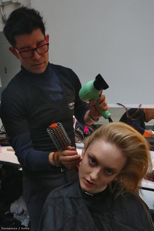 """""""Soha senkinek nem mondjuk ugyanazt, még a vékonyszálú hajjal megáldott ügyfeleket se beszéljünk rá mindig a rövid hajra. Vannak más alternatívák is, mint például a mély kondicionáló pakolások. Viszont a hajformázókat hanyagoljuk amilyen gyakran csak lehetséges."""" – ajánlja Croft."""