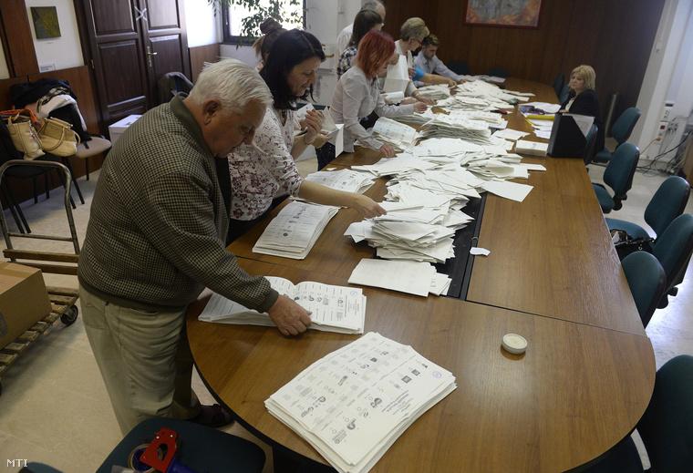 Szavazatszámláló bizottság a 15-ös választókerületben, április 12-én