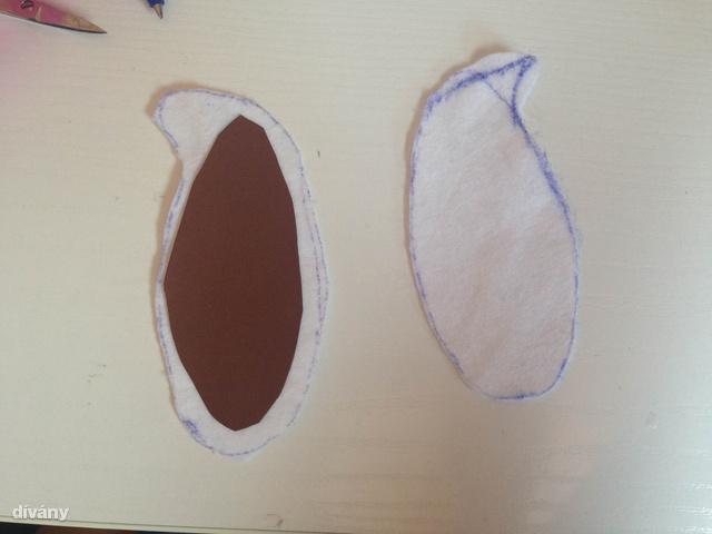 A tartás érdekében vágjon ki fülformát kartonból, majd ezt ragassza le mindkét oldalán fehér textillel.