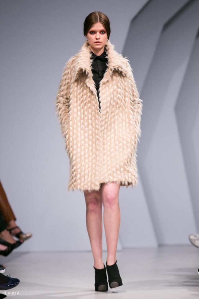 Ebből a bolyhos kabátból pulcsi is kapható, mindkettő jópofa, a kabát különösen.