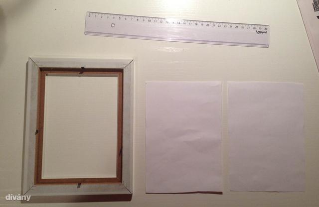 Vágjon szét egy A4-es papírt, amivel kibélelheti a keretet.