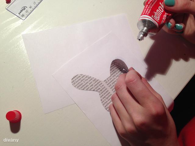 Vigyázzon, hogy ne nyomjon ki túl sok ragasztót, különben átüthet a papíron.