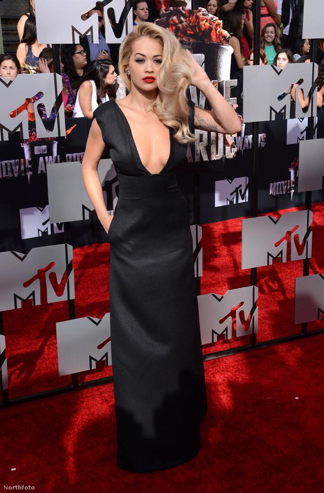 Rita Ora ultramélyen dekoltált Barbara Casasola ruhában jelent meg.