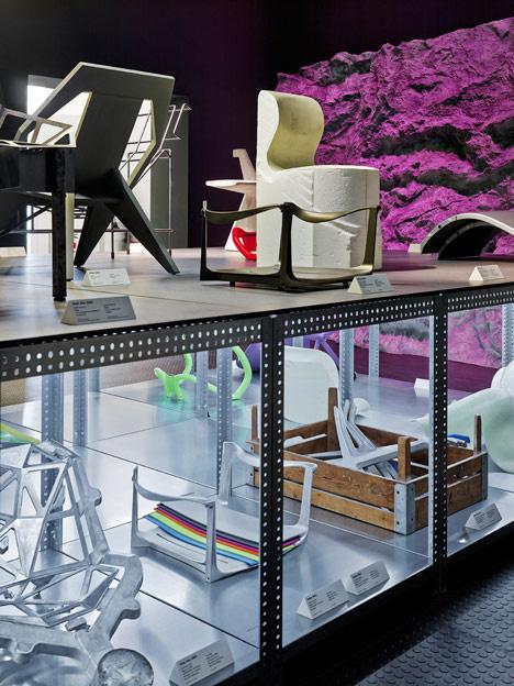 A minimalista dizájntárgyakkal megpakolt kiállításosnak köszönhetően több élettérbe is bepillanthatnak az érdeklődők.