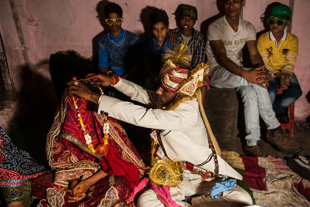 A vőlegény megmutatja menyasszonyának az ajándékát