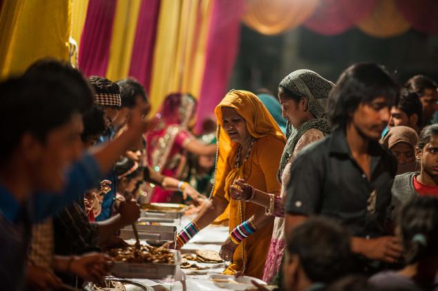 Ilyenkor rengeteg tradicionális étel kerül az asztalra, napokon át tartó közös étkezések kezdődnek