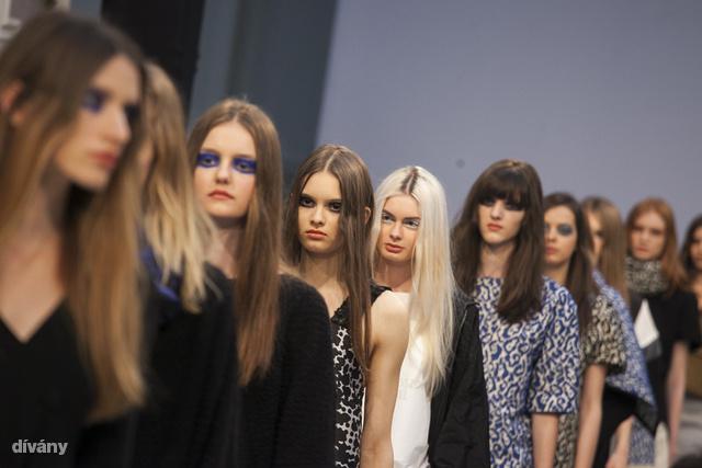 Nubu: ha divatos akar lenni, legyen hosszú a haja, pontos választéka. A frufru opcionális.
