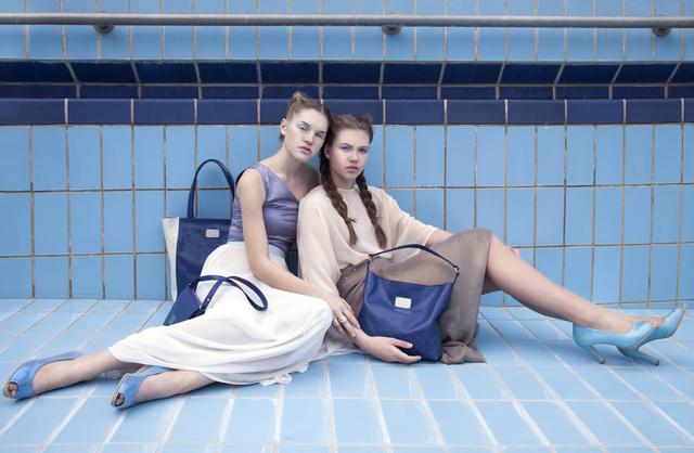 A víz hullámzását és színvilágát idéző táskák és cipők közül szerettük a nyitott orrú kék árnyalatokat kapott kiegészítőket.