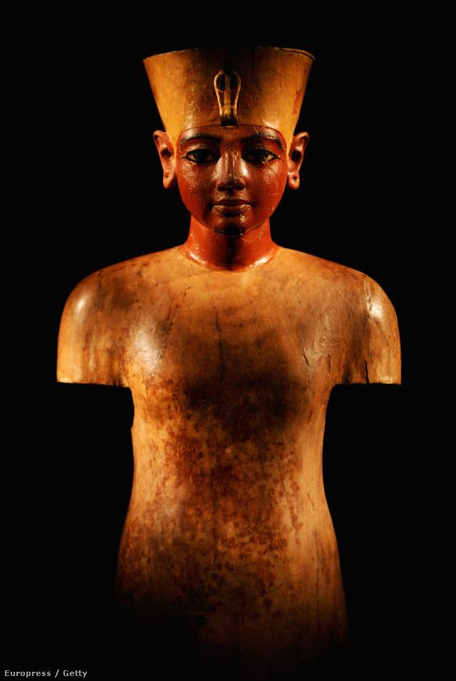 Már Tutanhamon 1922-ben feltárt sírjában is találtak a király képmását és méreteit idéző farönköt, ami az eddigi legrégebbi előfutára a modern próbababáknak.