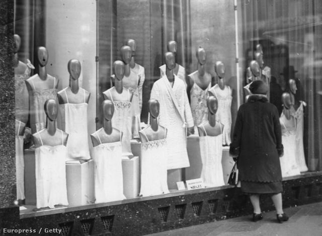 """A körutakon sétáló férfiak és nők egyre inkább szerettek kirakatokat nézegetni. Hamar megszokott időtöltéssé vált a """"shoppingolás"""", ahol a próbababák központi szerepet töltöttek be az áruházak életében."""