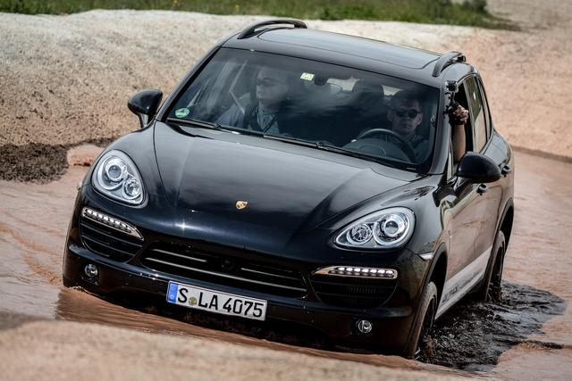 Mellékprogram a Porsche Media Driving Academy növendékei számára. Fürdessétek sárban a Cayenne-t!