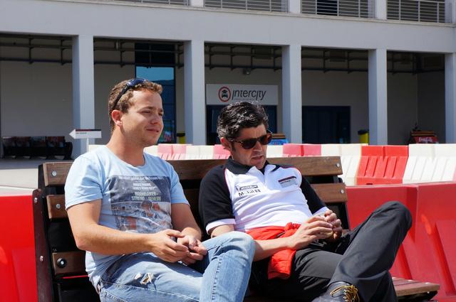 Nir és Timo. Az izraeli srác az évfolyam legszertelenebb tanulója, de helyén a pályán nagyon tud koncentrálni. Itt éppen az oktatónak, Timónak magyaráz az M3-as BMW-ről