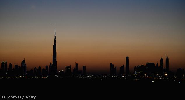 Dubai épületei közül kimagaslik az alkonyatban a Burzs Kalifa torony