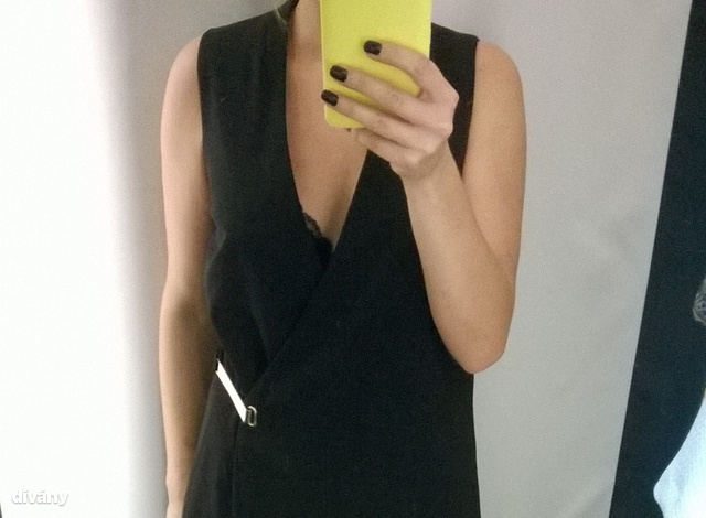 Tóth Edit feketemániás, de szép ruhát szeretne születésnapjára venni. A Mohitóban a két stylist rengeteg ruhát összeszedett, amik közé azért egy feketét is be tudtam csempészni.