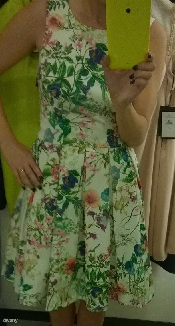 A nagy kedvenc: igazából itt már megvolt, amiért jöttem, ez a ruha tökéletes 14995 forintért. Nem fekete, nőies, a méret is stimmel.