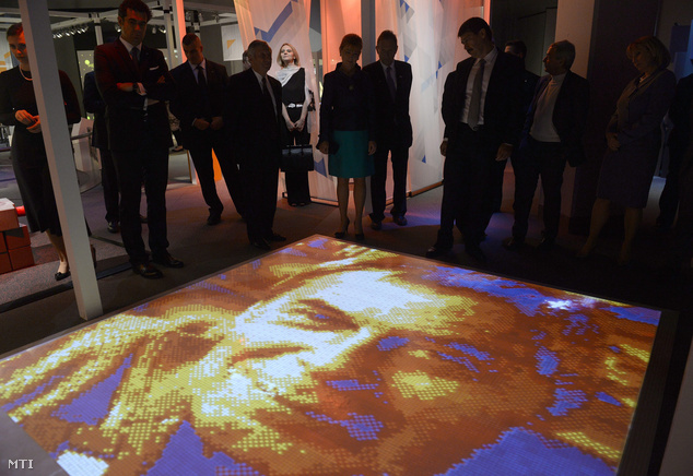 Rubik Ernő feltaláló arcképe a Beyond Rubik's Cube című kiállítás megnyitóján a Jersey Cityben található Liberty Science Centerben