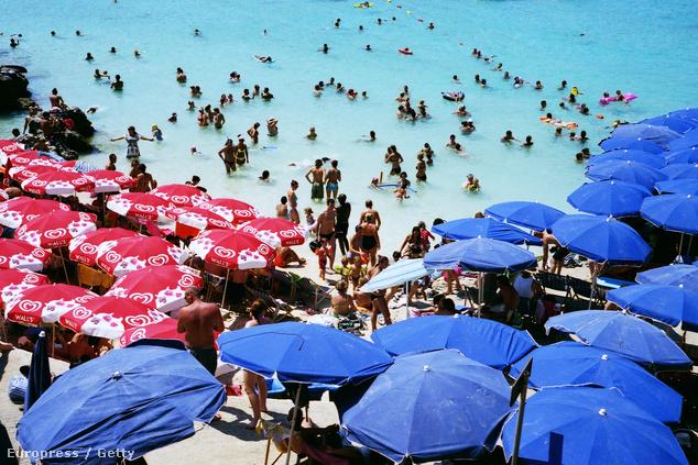 A cominói Kék lagúna a nyári csúcsidőszakban megtelik turistákkal