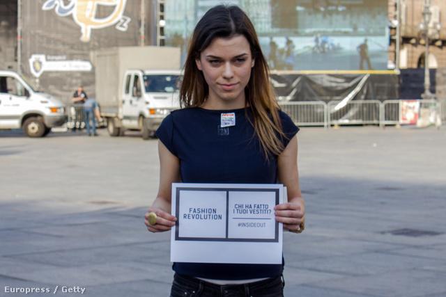 A 2013-as április 24-i ruhagyár összeomlásán  természetesen a divatvilág is felháborodott, így ezt a napot a kifordított ruhában pózoló tüntetők a Divatforradalom napjának, hivatalosan Fashion Revolution Day-nek kiáltották ki.