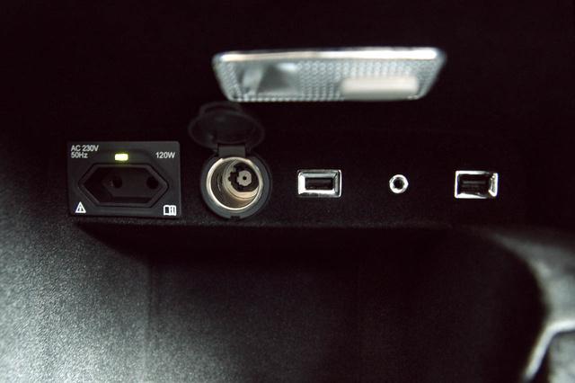 ...a 220-as aljzatért és a dupla USB-portért.