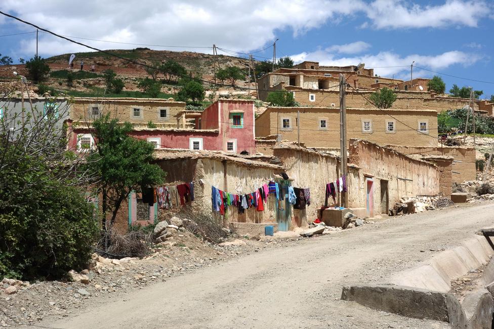 Egy berber falu valahol a hegyekben. Itt kétezer éve megállt az idő, a helyiek is csak abból veszik észre, hogy mostanában már nem darócruhában járnak, hanem segélyszállítmányi, színesben. Itt dekkorltunk vagy másfél órát, az alatt a mi Porschéinken kívül egyetlen autót nem láttunk