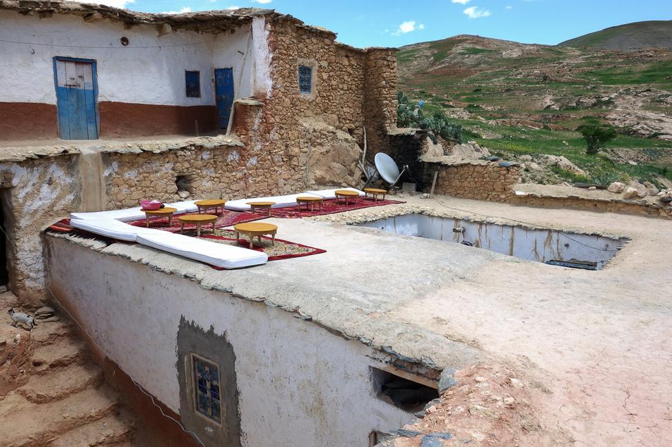Alkalmi teázónk egy berber lakás tetején. Körben a szobák, középen az átrium, ahol szintén ruhák száradnak, mint a faluban szinte mindenütt - a falakon, a köveken, a hazokra terítve, kötélen. Lehet, hogy az egész település egy bérmosoda?