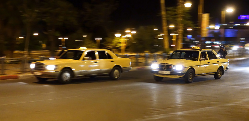 Nehéz ennél jellegzetesebb fotót lőni a marrákesi forgalomról éjszaka. Itt épp egy benzines 123-as Merci előz egy dízelesített 126-ost, hogy még zavarosabb legyen a helyi autóhasználatról kialakult kép a fejünkben
