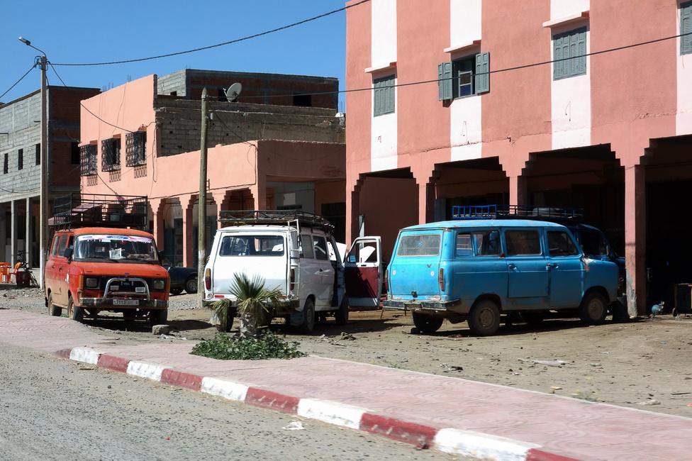 A marokkói Sipos Zoltán utca. A Mercedes W123 és 209-es furgonok, valamint a Peugeot 505-ök és az újkori Daciák után talán a legelteredtebb autó a második szériás Transit