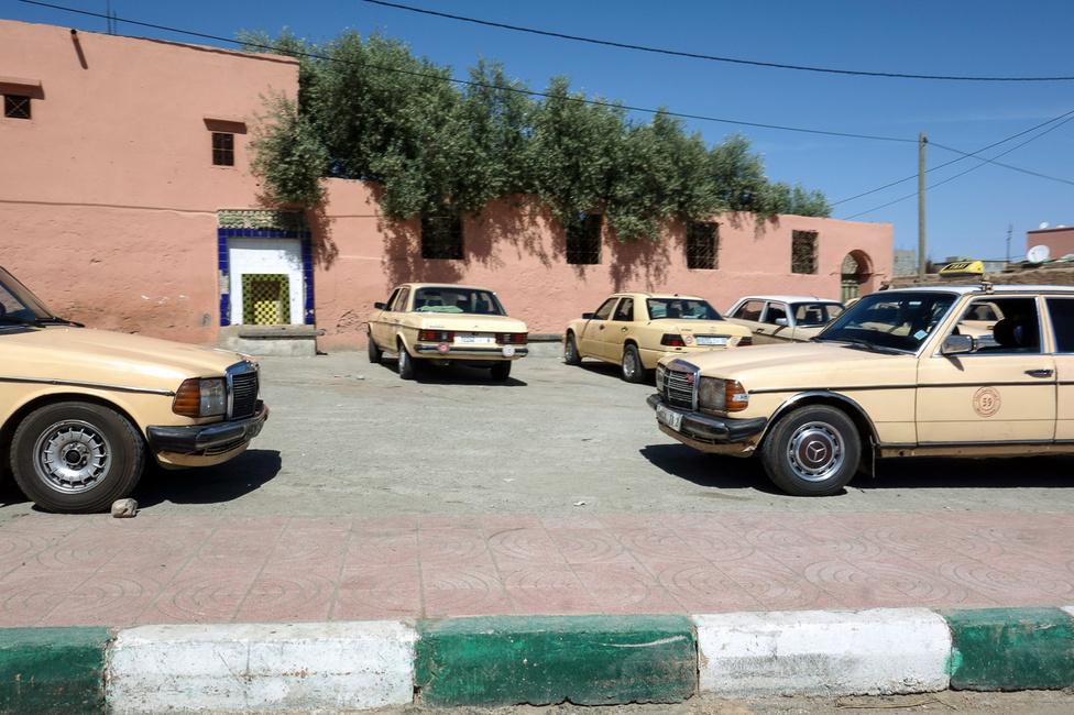 Soha a büdös életben nem láttam még annyi 123-as Mercedest, mint Marokkóban. Ennyit talán nem is gyártottak összesen Stuttgartban, ezek jó része replika. És értetetlen módon szinte mindnek vajpuhán, füstmentesen jár a motorja, bármilyen magyar oldtimeres megirigyelné, ahogy purrognak