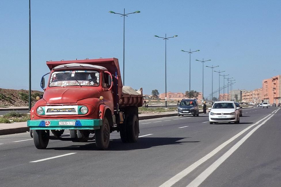 Gondolom, valamikor az ötvenes években gyárthatták ezt a Ford teherautót, ami vígan szolgál. De nem csak ez az egy, van belőlük számtalan, mindenfelé
