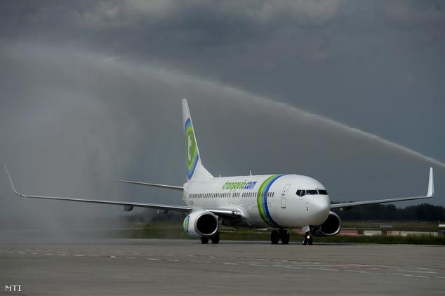 Vízágyúval üdvözlik a Transavia Boeing 737-800 típusú, Párizsból érkező repülőgépét a Liszt Ferenc repülőtéren