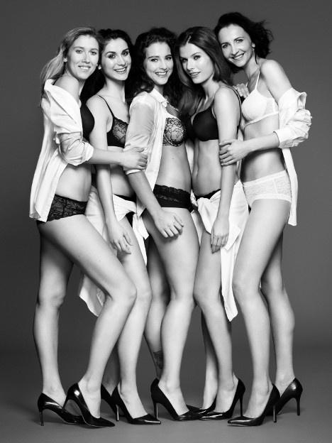 Az öt kiválasztott modell-alkalmazott együtt pózol.