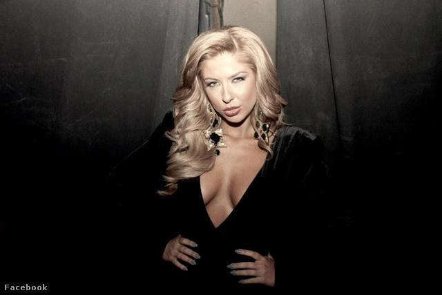 Andrea Teodorova (polgári nevén Teodora Rumenova Andreeva) bolgár énekesnő, aki Facebookja szerint nagyon mélyen elmerült a saját szépségében.