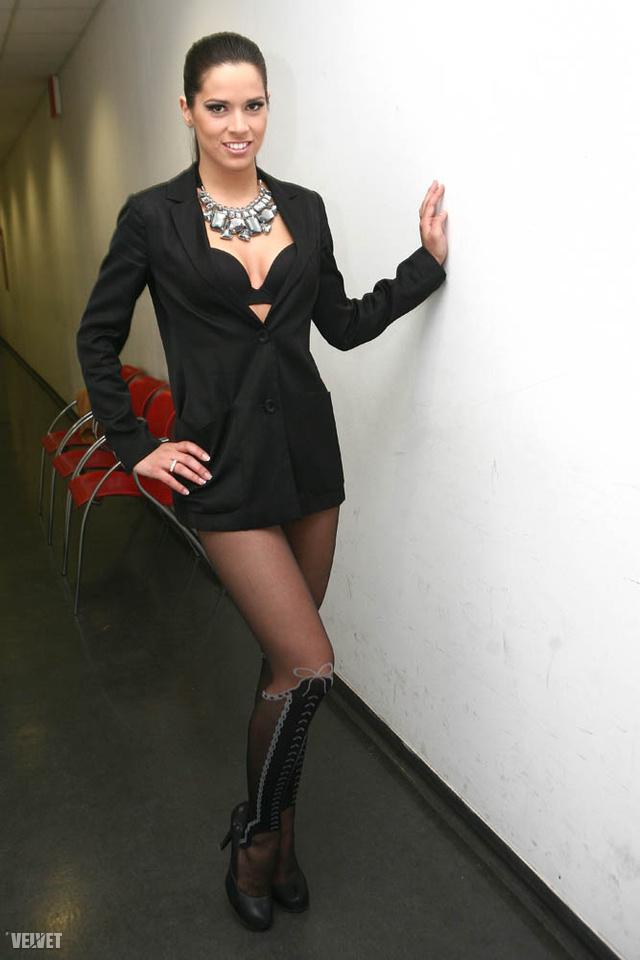 VV Gigi a folyosón - nem ez a koktélruhája, csak ebben lép fel bátyja új számában