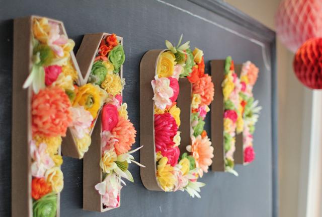 'Mom' feliratú szövegbe töltöttek virágot a Parcel Post szerzői.