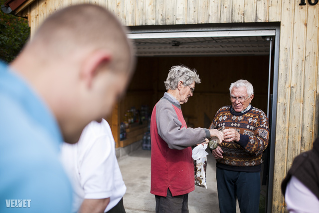 A megfelelő indításról István bácsi házi készítésű birs pálinkája gondoskodik, az erős szesztől ódzkodóknak meggylikőrrel készült