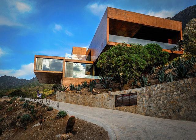 A hegy oldalában élő sűrű növényzet komoly kihívást jelentett a tervezésnél: ez egy olyan épület, ami kilátást enged a tájra, de mindeközben tiszteletben tartja a meglévő ökoszisztémát is.