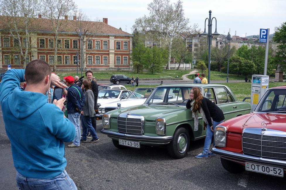 Én sajnos nem tudtam összevakarni az Autobianchi Bianchinát a találkozóra (pedig az is Fiat 500, maximum nem annak néz ki), ezért a családi Zöld Szoborral mentünk. Az utolsó útja volt jó darabig, mert mint kiderült, nem lehet megint levizsgáztatni, köszönhetően az érvényben levő jogszabályoknak. Páran azért észrevették az 500-asok között