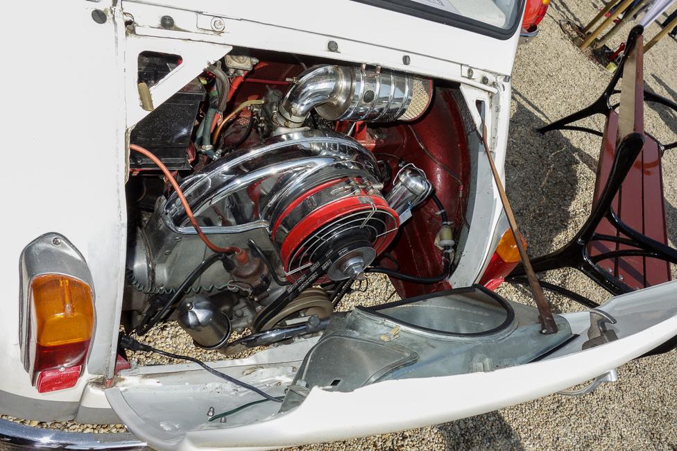 A Fiat 500 motorja szinte az utolsó csavarig megegyezik a 126-os Polskiéval, ami nem véletelen, műszakilag a két autót csupán egy erős modellfrissítés választja el. Ha úgy gondolják, hogy a motor a képen viszont nem hasonlít semmiféle Polskiéra, jól vették észre: egy Steyr-Puch motortere látható, amelynek a bokszere sokkal inkább hasonlít a Bogáréra (vagy a Porschéére), mint bármilyen olasz járműére
