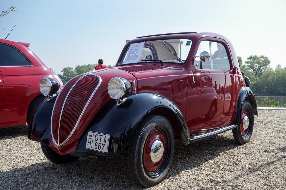 Fiat 500 ez is, csak egy másik érából. Egérke, azaz Topolino a harmincas évek végéről, olyan állapotúra restaurálva, amilyenre százéves Rolls-Royce-okat szoktak. Megjegyzés: a Topolino-fajta, orrmotoros, négyhengeres, vízhűtéses Fiat 500 valódi utódja az 1955-ben bemutatott Fiat 600 (nálunk Zastava 750) volt, s a későbbi 500-as, akkori nevén Nuova 500 egy fél mérettel kisebb autónak minősült