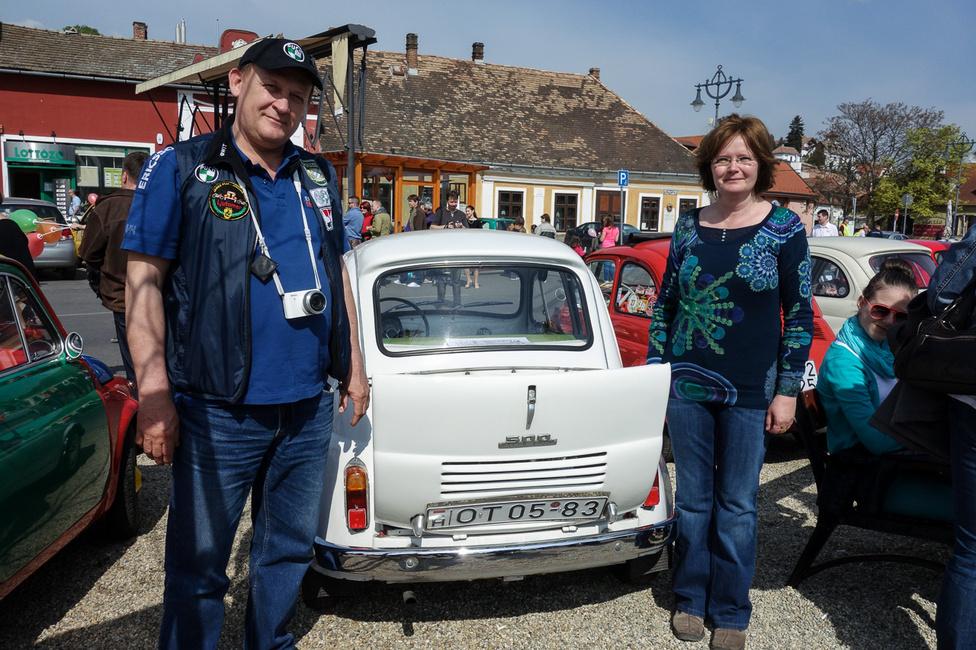 """Szabó Attila és felesége Pécsről érkeztek az 1958-as Steyr-Puchhal. 34 évvel ezelőtt került hozzájuk az autó - """"nagyon fiatalon vettük a pécsi vásárban 15 ezer forintért, még húszévesek se voltunk"""" - jegyezte meg a feleség. A kocsi azóta is folyamatos használatban van, a motorja 50 ezer kilométerrel ezelőtt lett felújítva, de rövidesen a teljes kocsi átesik egy drága felújításon, s az utólagos teli tető helyett visszakapja az eredeti vásznat is. 2010-ben a lányuk esküvői autójaként szerepelt, a restauráláshoz szükséges alkatrészek pedig már megvannak hozzá"""