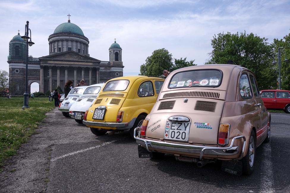 Egyike a legtöbbet használt, leginkább világot látott magyar 500-asoknak Kozma Pisti (az évtizedekkel ezelőtti klubalapító) világos mogyoróbarna-metál, strandkorlátos kocsija