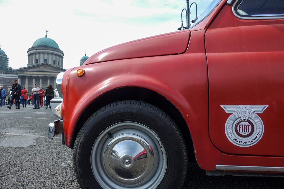 Az 500-as egyesíti a népeket: Szlovákiából is érkeztek fityósok, méghozzá egyikük egy csodásan eredeti, az összes díszlécet tartalmazó, napszítta autóval