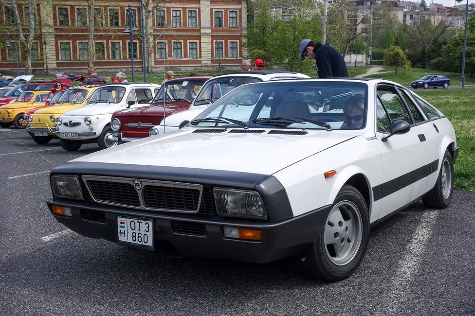 Ha valamit, hát ezt az autót érdemes volt észrevenni a sok kis gömbölyű cukiság tengerében. Lancia Beta Monte Carlo, ami eredetileg Fiat X 1/20-nak készült, de a központi vezetés végül átlanciásította. Középmotoros, ma már rendkívül ritka és értékes. No meg gyönyörű is