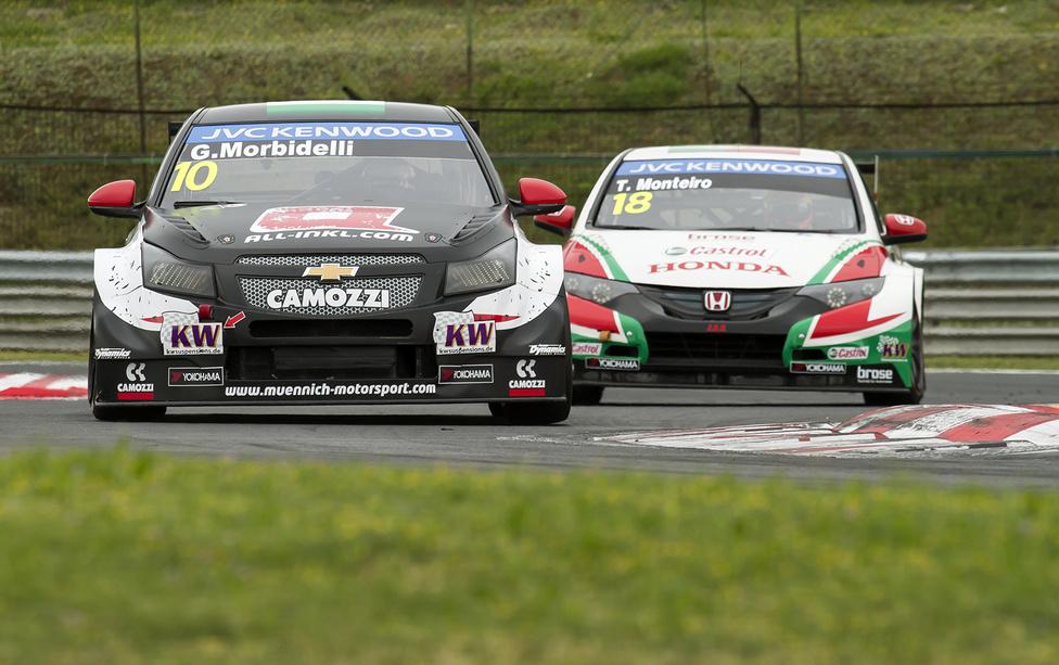 A fordított rajt két nyertese, Tiago Monteiro és Gianni Morbidelli lógtak meg a második futamon. A kilencvenes években több Forma-1-es magyar nagydíjat megjárt Morbidellinek nem volt könnyű dolga Monteiróval. A Münnich Motorsport Chevroletje még nem állt össze, a fékek miatt az utolsó kanyarokban majdnem odalett az olasz első helye. Végül 3,5 tized döntött a győzelemről.