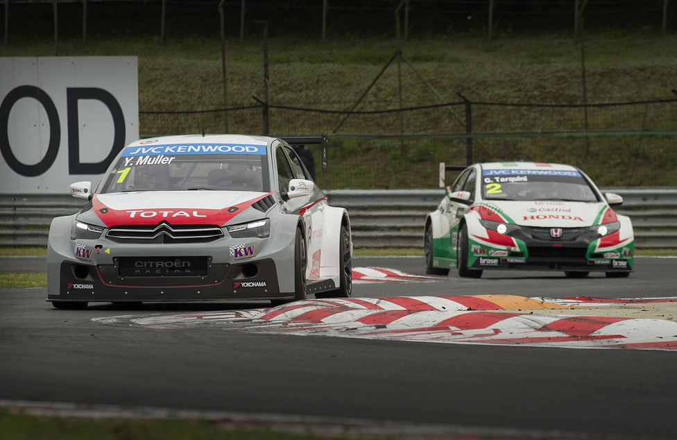 Gabriele Tarquini és Yvan Muller ezúttal csak az edzéseken autóztak egymás közelében. A bajnokság két legtapasztaltabb, legravaszabb versenyzője között idén aligha lesznek szoros meccsek. A Citroenek erőfölényével még az ötvenes éveit taposó Tarquini sem tud mit kezdeni.