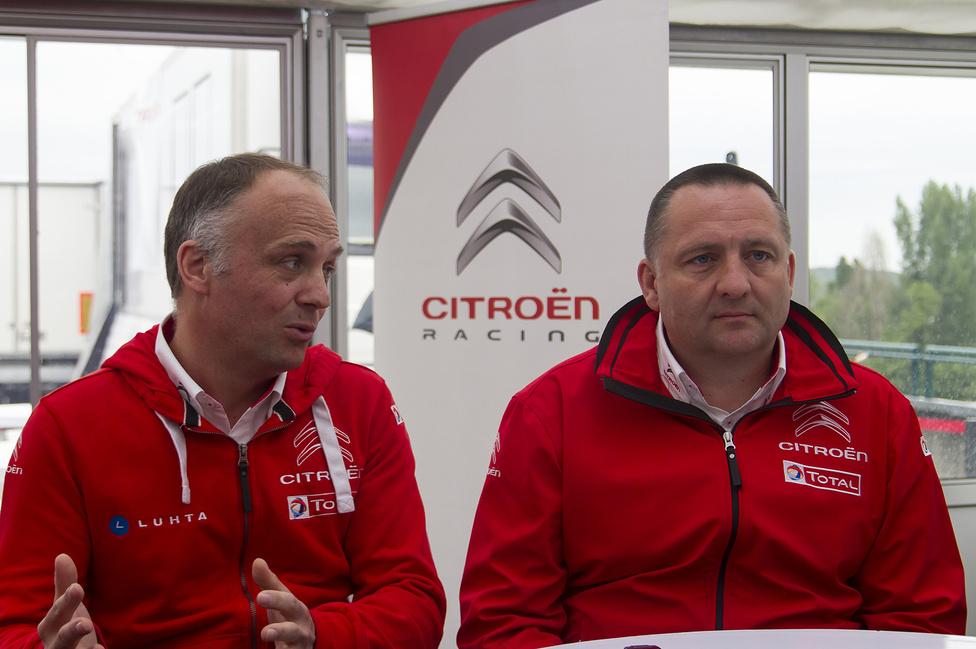 Xavier Mestelan-Pinon, a Citroen Racing műszaki igazgatója (balra) és Yves Matton csapatvezető a vasárnap reggeli sajtótájékoztatón. Két vérprofi, akik a rali-világbajnokságon már bajnokká tették a Citroent. Egyelőre úgy néz ki, ez a WTCC-ben is sikerül majd nekik.
