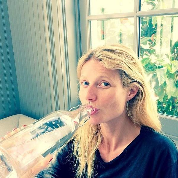 Gwyneth Paltrow egy palack vizet is dobott sminktelen szelfijéhez.