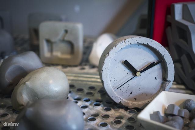 Sajnos a like gomb és a beton kapcsolatát nem sikerült értelmezünk, az óra viszont kitűnően passzol egy legénylakásba, vagy loftba