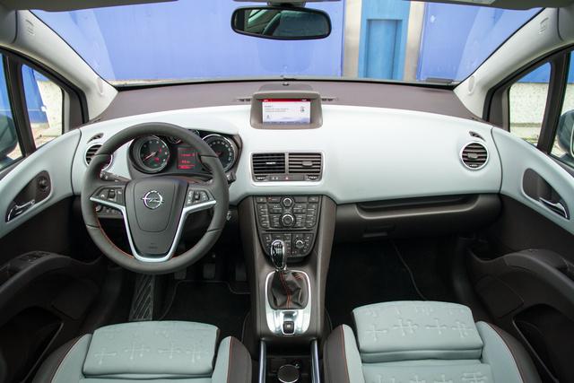 A Meriva trükkje: színek. Amúgy a szokásos Opel-belső