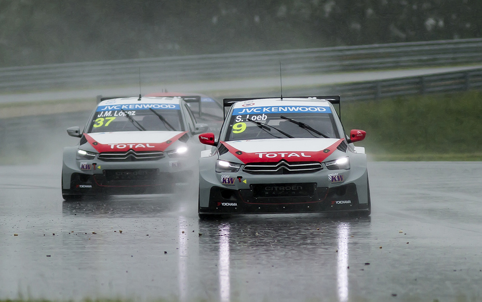 Furcsamód az edzéseken következetesen leggyorsabb Lopez az esőben sehogy sem bírt Loebbel. Loeb ugyan csak tizedekkel körönként, de folyamatosan lépett el csapattársától, pedig esőben még nem sok épített pályás versenykilométer van benne.